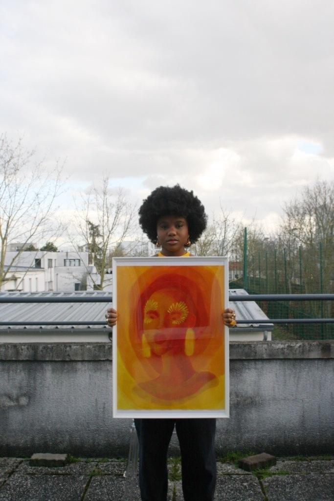 Gabrielle Jean-Baptiste Adolphe tenant l'une de ses œuvres