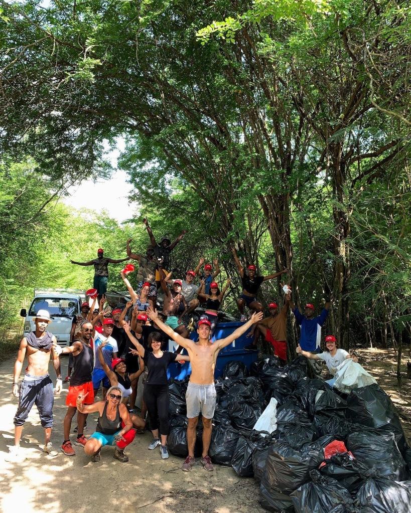 Association Clean My Island lors d'un ramassage d'ordures